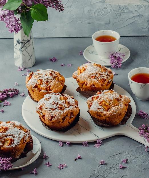 Kekse und schwarzer tee auf dem tisch Kostenlose Fotos