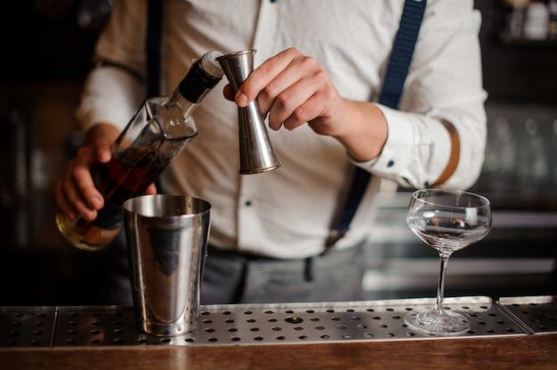 Kellner im hemd lässt alkohol cocktail kein gesicht nah oben Premium Fotos