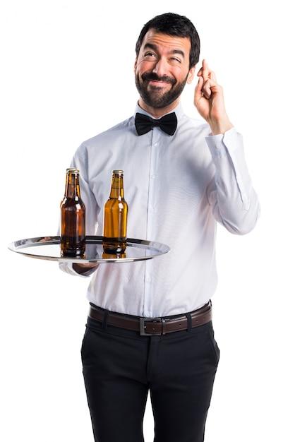 kellner mit bierflaschen auf dem tablett mit den fingern berqueren download der kostenlosen fotos. Black Bedroom Furniture Sets. Home Design Ideas