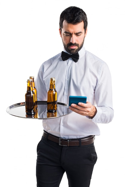 kellner mit bierflaschen auf dem tablett mit einem taschenrechner download der kostenlosen fotos. Black Bedroom Furniture Sets. Home Design Ideas