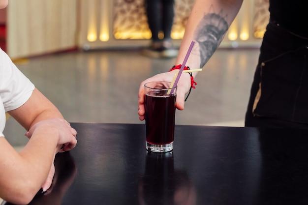 Kellner serviert eine bestellung, erfrischendes getränk oder saft Premium Fotos