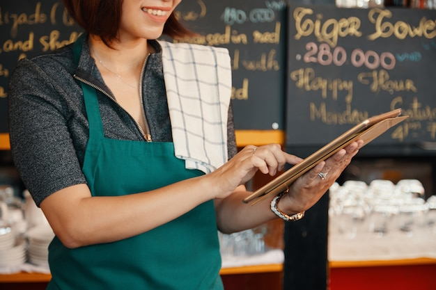 Kellnerin mit app Kostenlose Fotos