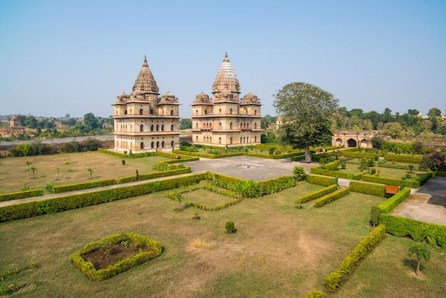 Kenotaphs bei orchha, madhya pradesh. auch buchstabiert orcha, berühmtes reiseziel in indien. moghul-gärten, blauer himmel. Premium Fotos