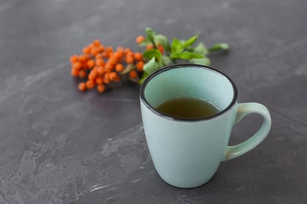 Keramische schale der nahaufnahme mit aromatischem tee Kostenlose Fotos