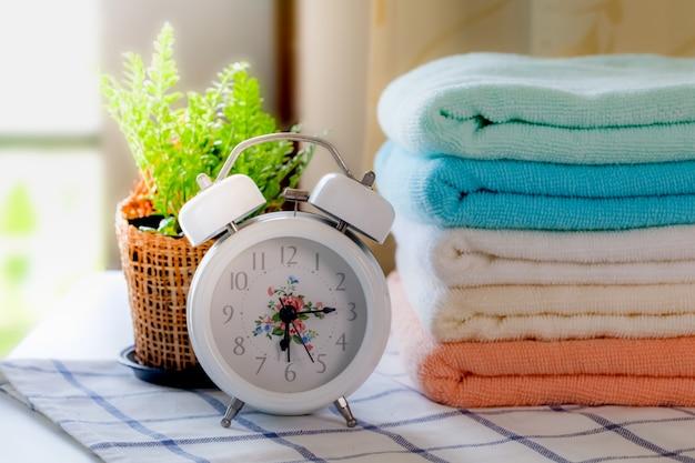 Keramische seife, shampooflaschen und weiße baumwolltücher auf weißem hintergrund. Premium Fotos