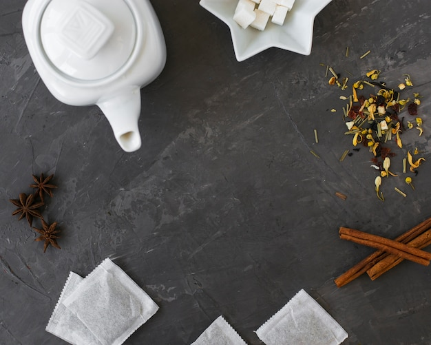 Keramische teekanne der draufsicht mit zimtstangen Kostenlose Fotos