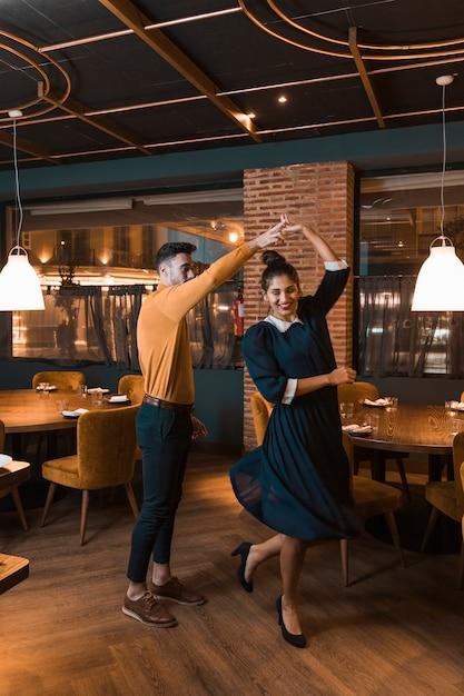 Kerl, der nette dame im restaurant wirbelt Kostenlose Fotos