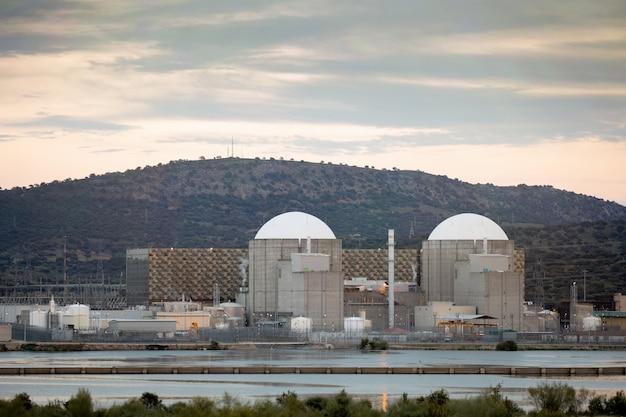 Kernkraftwerk in der mitte von spanien Premium Fotos