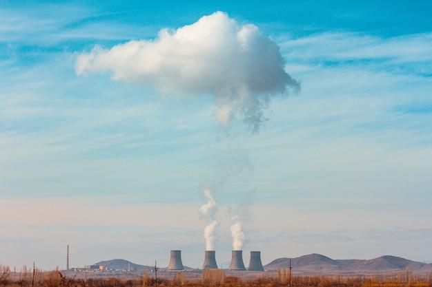 Kernkraftwerk metsamor, umgeben von hohen bergen in armenien Kostenlose Fotos