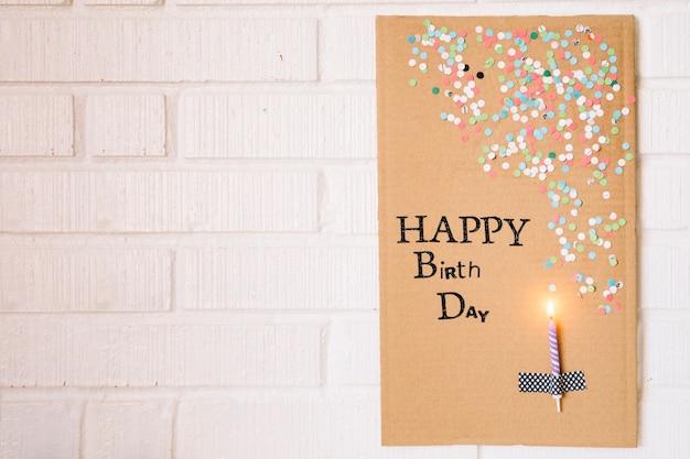 Kerze auf Karton mit Geburtstagsgruß Kostenlose Fotos
