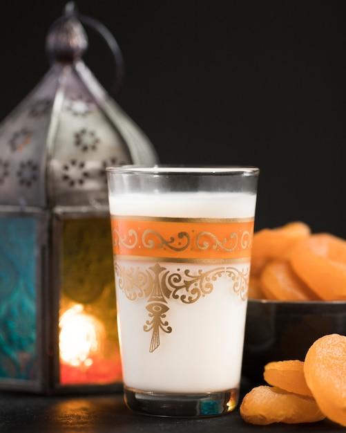 Kerze mit snacks daneben am ramadan-tag Kostenlose Fotos