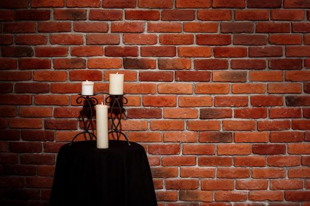 Kerzen auf tisch über mauer Kostenlose Fotos