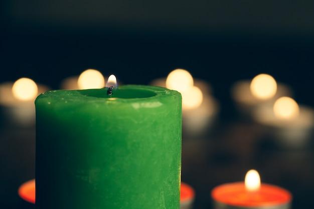 Kerzen brennen in der dunkelheit. gedenkkonzept. Premium Fotos