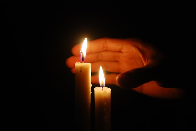 Kerzen im dunkeln brennen Premium Fotos