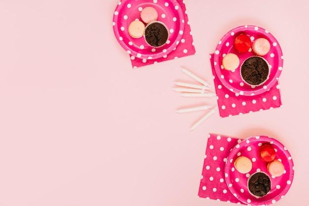 Kerzen in der nähe von tellern mit desserts Kostenlose Fotos