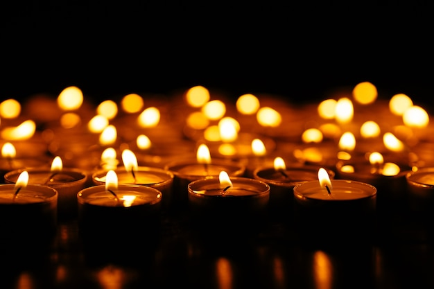 Kerzen. set beleuchtungkerzen in der dunkelheit. Kostenlose Fotos