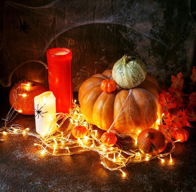 Kerzen und halloween-kürbisse Premium Fotos