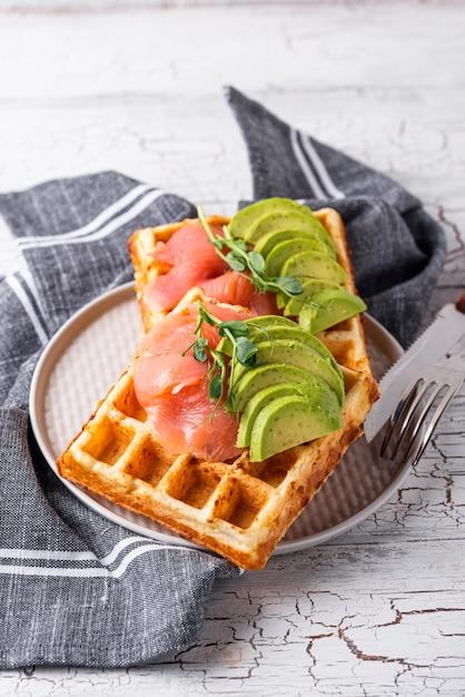 Keto-käse-waffel mit avocado Premium Fotos