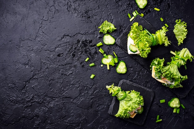 Ketogene burritos mit niedrigem kohlenhydratanteil, umhüllt von salat Premium Fotos