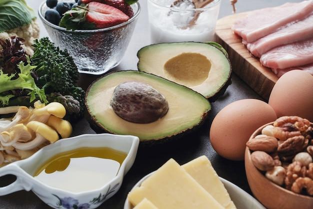 Ketogene diät, kohlenhydratarm, fettreich, gesunde ernährung Premium Fotos