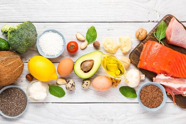 Ketogene diätnahrung. gesunde kohlenhydratarme produkte. keto-diät-konzept. gemüse, fisch, fleisch, nüsse, samen, öl, käse Premium Fotos