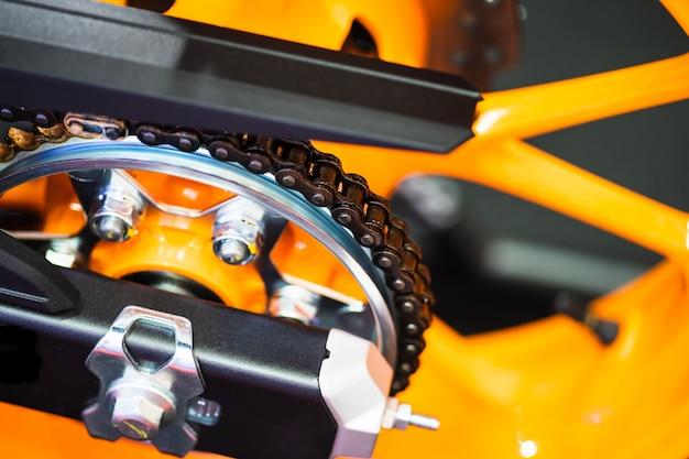 Kette und zahnrad des neuen gelben motorradabschlusses oben Premium Fotos