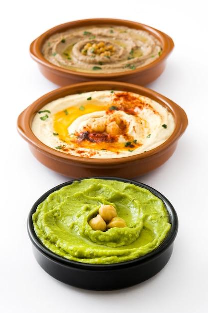 Kichererbsen-hummus, avocado-hummus und linsen-hummus lokalisiert auf weiß Premium Fotos
