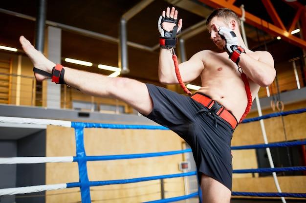 Kickboxertraining mit widerstandsgurten Kostenlose Fotos