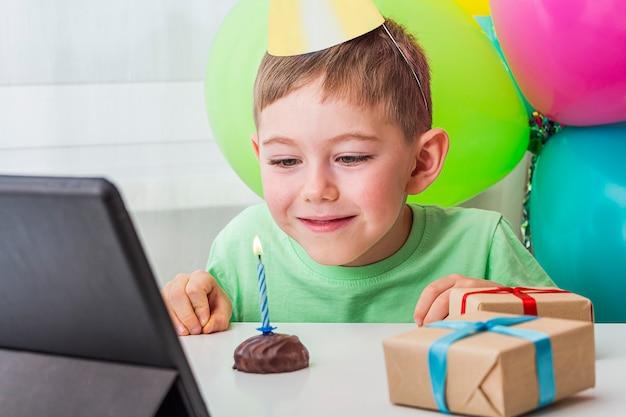 Kid boy feiert geburtstag online mit freund oder großeltern auf videoanruf Premium Fotos