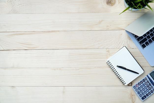 Kiefer hölzern von der schreibtischtabelle mit arbeitsplatz und werkzeugen für arbeitsbüro. Premium Fotos