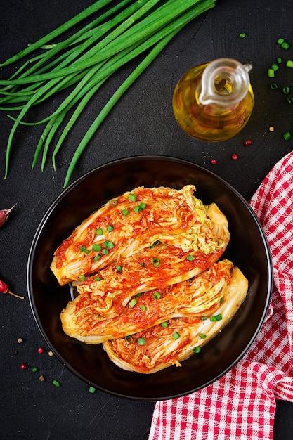 Kimchi kohl auf schwarzem teller Premium Fotos