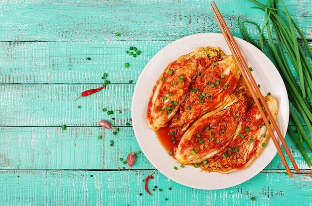 Kimchi kohl mit stäbchen Premium Fotos