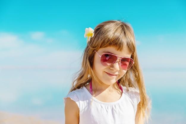Kind am strand. seeufer selektiver fokus Premium Fotos