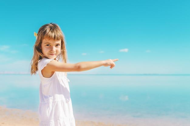 Kind am strand. seeufer. tiefenschärfe. Premium Fotos