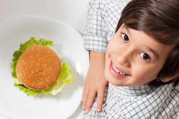 Kind, das burger isst Premium Fotos