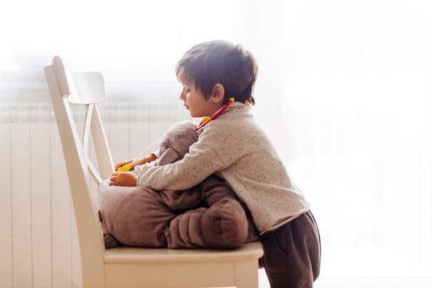 Kind, das doktor spielt Kostenlose Fotos