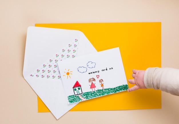 Kind, das finger auf zeichnung der mutter und des kindes zeigt Kostenlose Fotos