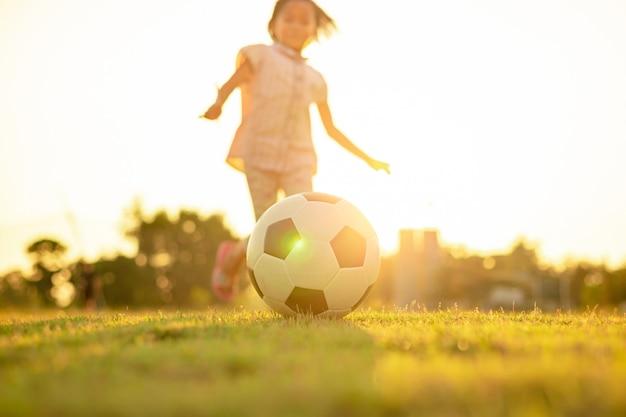 Kind, das spaß hat, fußball zu spielen Premium Fotos