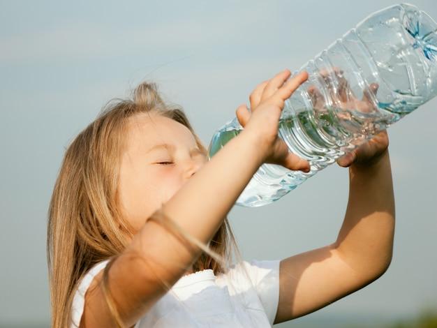 Kind, das tafelwasser trinkt Premium Fotos