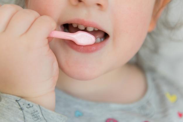 Kind die zähne putzen. Premium Fotos