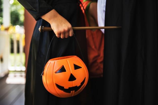 Kind in einem halloween-kostüm Kostenlose Fotos