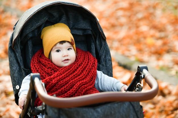 Kind in einem roten strickschal. hochwertiges foto Premium Fotos
