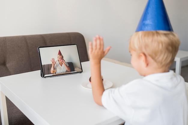 Kind in quarantäne zu hause, das geburtstag über tablette feiert Kostenlose Fotos