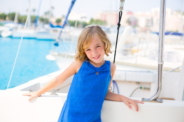 Kind kind mädchen in marina boot in den sommerferien Premium Fotos
