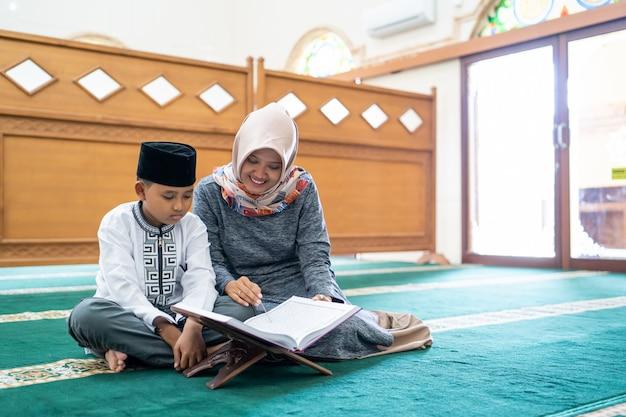 Kind lernt den koran zu lesen Premium Fotos