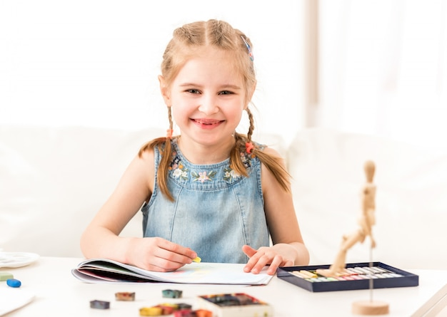Kind lernt mit trockenem pastell zu zeichnen Premium Fotos