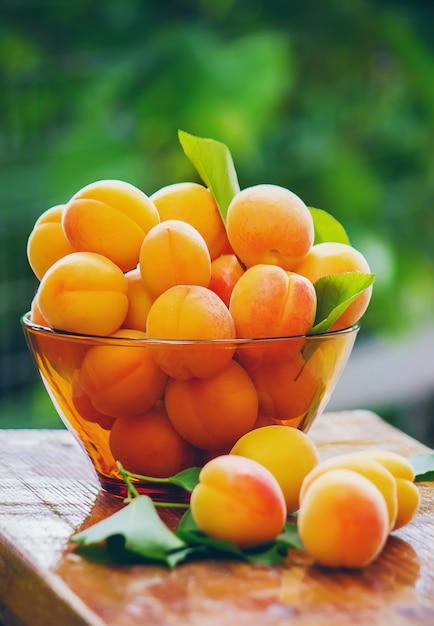 Kind mit aprikosen selektiver fokus essen und trinken. Premium Fotos