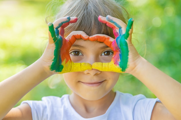 Kind mit bemalten händen und beinen Premium Fotos
