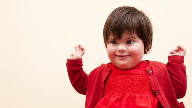 Kind mit down-syndrom ist glücklich Premium Fotos