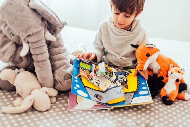 Kind mit plüschspielzeug Kostenlose Fotos